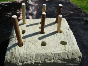 Bloc de tuffeau creusé d'un jeu de neuf trous, Aisling-1198.